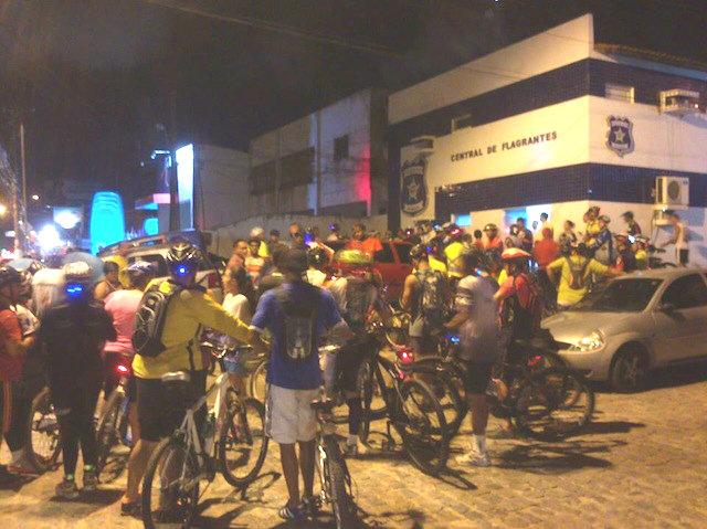 Ciclistas protestam diante da Central de Flagrantes de Maceió (AL) pedindo a libertação do ajudante de pedreiro Talles Victor Dantas dos Santos. Foto: Juliana Agra