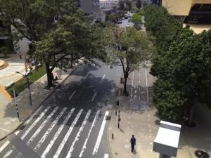 Exemplo de calçada larga com ciclovias nas ruas de Medellín. Foto: Fabio Nazareth