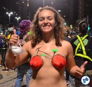 Participantes fazem desenhos e escrevem frases em seus corpos. A nudez como protesto tem sido respeitada pelas autoridades e o evento ocorre tranquilamente, em clima de festa. Foto: Rachel Schein