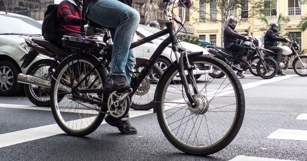 Bicicleta em meio a carros e motos na Av. Paulista, em São Paulo, onde fiscalização específica ocorre desde 2012. Foto: Rafael Neddermeyer/Fotos Publicas (cc by-nc 2.0)