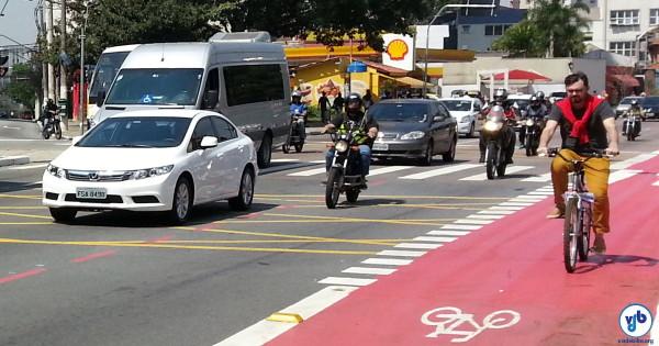 Ciclista pedala na ciclovia da Av. Vergueiro, em São Paulo. Foto: Willian Cruz
