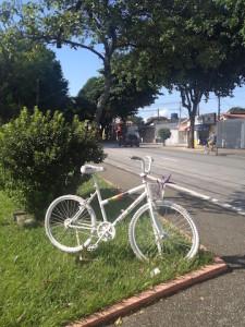Semana de conscientização foi escolhida em função dos dois anos da morte do jovem ciclista Luís Augusto Franco, atropelado por um motorista de ônibus em São José dos Campos. Na imagem, a ghost bike em sua homenagem. Foto: Eric Silva