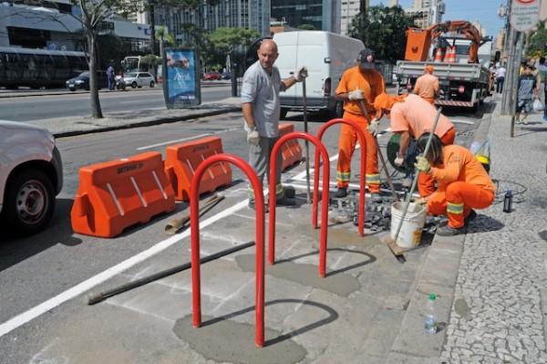 """Momento da instalação de um dos """"bike corrals"""" da capital paranaense. Foto: Everson Bressan/SMCS"""