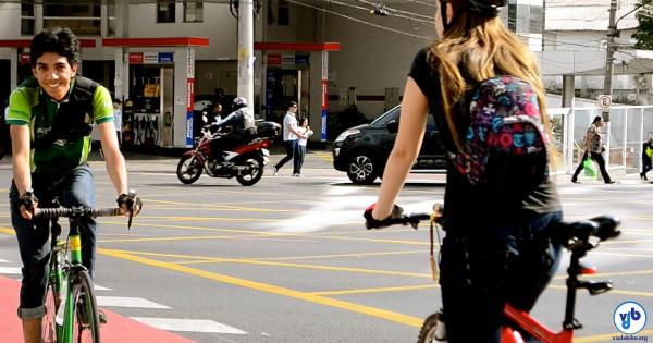 Apesar das adversidades, ciclistas circulam felizes por ruas e ciclovias de nossas cidades. Foto: Rachel Schein