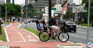 """Ciclovias como a da Faria Lima são bem vistas por João Doria, por """"não prejudicar o comércio"""". Foto: Willian Cruz"""