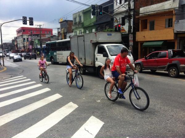 Crianças e adolescentes usam a bicicleta para ir à escola. Foto: Daniel Guth