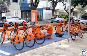 Técnico realizando manutenção em estação do Bike Sampa, na Vila Mariana. Foto: Willian Cruz