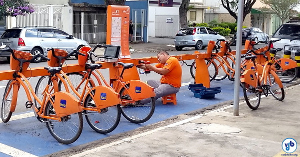 Técnico realiza manutenção em estação do Bike Sampa. Foto: Willian Cruz