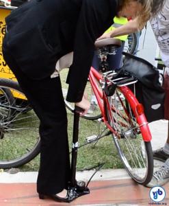 Ciclista calibra pneu com a pressão adequada, com a ajuda de uma bomba de ar com manômetro. Foto: Rachel Schein