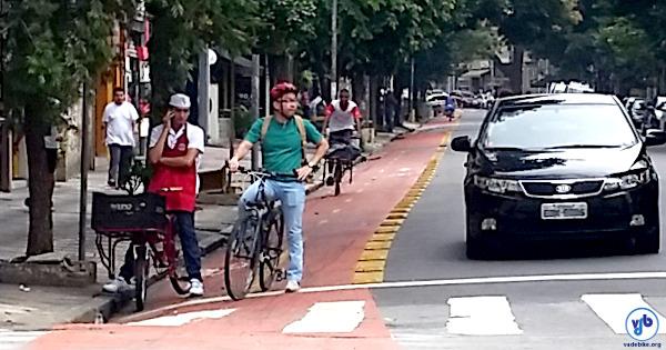 Ciclistas em ciclovia do bairro de Higienópolis, numa manhã durante a semana: é possível ver quatro em uma única quadra. Foto: Willian Cruz