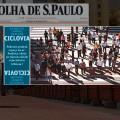 Matéria de capa utilizou foto com pedestres cruzando a via, sugerindo ser essa a quantidade de pessoas que aguardam no canteiro central para travessia em duas etapas.