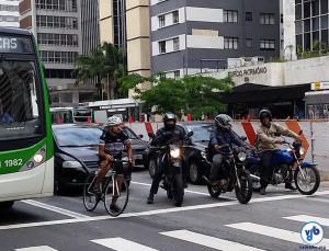 Sem ciclovia, ciclistas circulam em meio a carros, motos e ônibus. Opor-se à sua implantação é opor-se à proteção da vida dessas pessoas. Foto: Willian Cruz