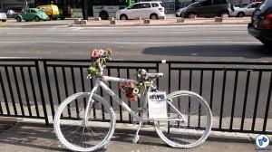 Ghost bike da ciclista Julie Dias, morta por um motorista de ônibus em 2013 quando pedalava na avenida Paulista. Foto: Willian Cruz