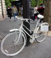 Homenagens a ciclistas que se foram, ghost bikes buscam reflexão sobre respeito, infraestrutura e segurança. Foto: João Magalhães