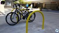 Suportes para estacionar bicicletas (paraciclos) foram instalados ao longo da avenida. Foto: Willian Cruz