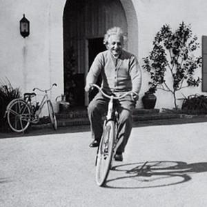 A inspiração do artista veio dessa conhecida foto, em que Albert Einstein aparece pedalando  Santa na cidade de Barbara, na California (EUA), em 1933. Imagem: Reprodução