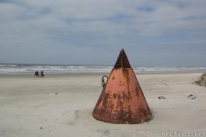 """Objeto metálico """"perdido"""" na praia. Boatos dão conta de que é um pedaço de satélite. Foto: Pedro Sibahi"""