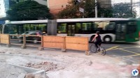 Enquanto a reforma não é concluída nesse trecho, ciclistas utilizam a avenida. Recomendamos o uso da faixa da direita. Foto: Willian Cruz
