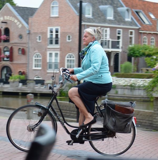 Idosa pedala em Dokkum, na Holanda. Foto: Raquel Jorge