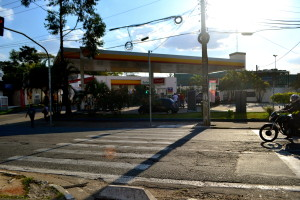Faixa e semáforo de pedestres na Av. Prof. Manoel José Chaves, próximo à Praça Panamericana. Foto: Rachel Schein
