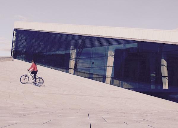 Raquel pedalando em Oslo, capital da Noruega. Foto: Arquivo pessoal