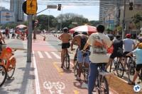 Em domingo de Paulista Aberta, população se divide na Rua Vergueiro entre ciclovia e ciclofaixa de lazer rumo à avenida.  Foto: Gulherme Venaglia