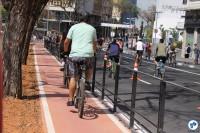 Populares se dividem entre ciclovia e rua aberta na Avenida Bernardino de Campos, no Paraíso, que ganhou ciclovia neste domingo (23). Foto: Gulherme Venaglia