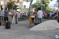 Artistas e visitantes se reúnem para comer e conversar próximo ao bicicletário, na Praça dos Arcos. Foto: Gulherme Venaglia