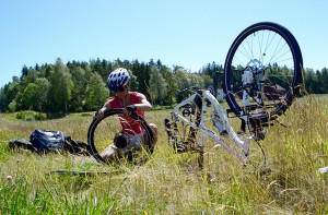 Consertando o pneu da bike a caminho de Stromstad. Foto: Arquivo pessoal