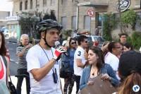 Willian Cruz anuncia a pedalada na Praça do Ciclista, usando o sistema de som do Bike Tour São Paulo. Foto: Flavio Bonanome