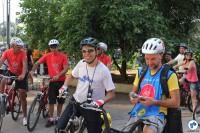 À frente, Willian Cruz (Vá de Bike) e André Moral (Bike Tour São Paulo). Ao fundo, os mecânicos do SOS Bike. Foto: Flavio Bonanome