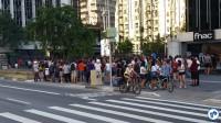 A Avenida Paulista estava cheia, mas ainda assim fechada às pessoas e liberada aos carros. Foto: Willian Cruz