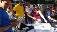 Participantes da Gincana do Pedal retiram a camiseta da Levi's e o adesivo do Vá de Bike, após concluir o desafio. Foto: Willian Cruz