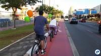Família retorna para casa no final da tarde, pedalando pela ciclovia da R. Vergueiro. Foto: Willian Cruz