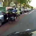 Baixa velocidade e reação rápida permitiram a taxista evitar tragédia com ciclista que caiu inesperadamente à sua frente. Imagem: @AllLondonBoy/Reprodução