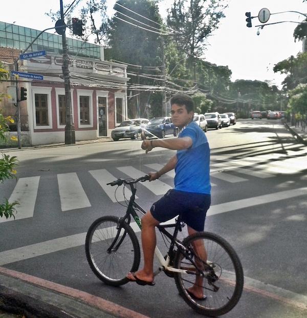 O estudante Lucas Araújo na ciclofaixa da estrada do Arraial, que  termina em cruzamento com a avenida 17 de Agosto. Foto: Lucas Moraes