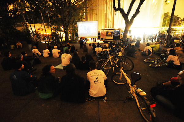 Público do Festival de Curtas em sessão de cinema ao ar livre. Foto: Divulgação