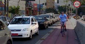 Taxistas e ciclistas: atores do mesmo trânsito. Foto: Willian Cruz