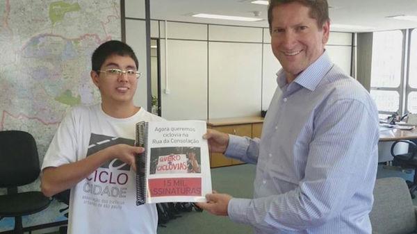 Thomas Wang entrega abaixo-assinado, que pede ciclovia na Consolação, para Jilmar Tatto, secretário de Transportes. Foto: Reprodução