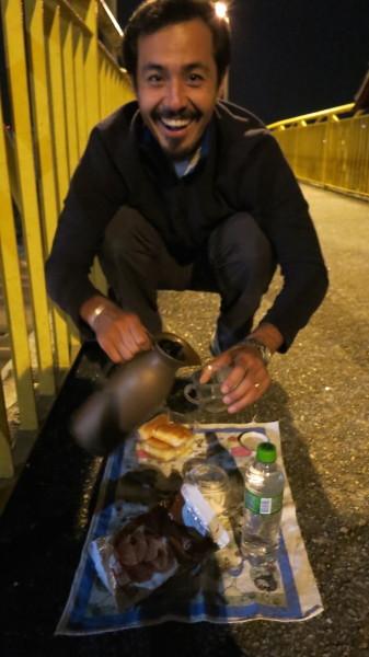 Voluntário Allan Yu Iwama no cafezinho das 17h30 durante a contagem. Foto: Federica Fochesato