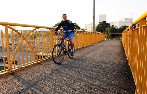 Ciclista Gisele Valle vindo do Jardim Satélite, na zona sul, e indo para o trabalho na Vila Tatetuba, na zona leste. Foto: Divulgação