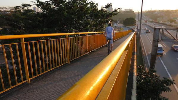 Ciclista descendo pela passarela. Pista logo ao lado é o sentido Dutra Rio-São Paulo, muito utilizado pelos ciclista na mão ou na contra-mão. Foto: Federica Fochesato