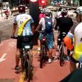 Congestionamento de ciclistas na Av. Paulista, às 22h. Foto: Willian Cruz