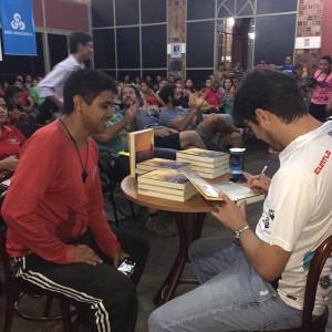 """Lançamento do livro """"Mais que um leão por dia"""", do jornalista Alexandre Nascimento. Foto: Fábio Costa"""