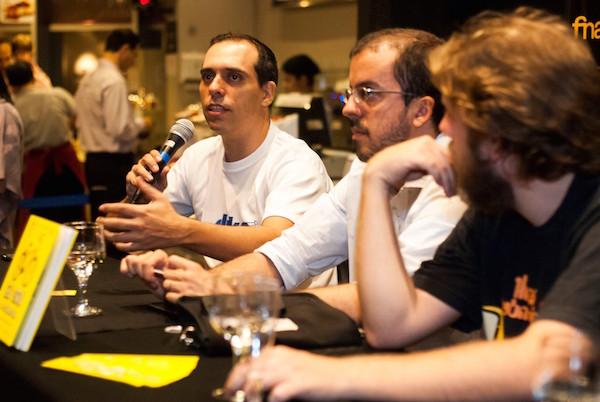 Evento de lançamento do livro em São Paulo. Willian Cruz (esq.) fala sobre as vantagens da bicicleta. Foto: Divulgação
