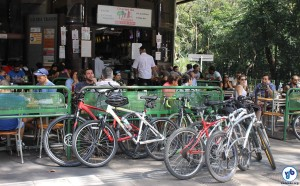 Bicicletas estacionadas à porta de um estabelecimento comercial da região, na segunda abertura da avenida às pessoas (23 de agosto). Foto: Guilherme Venaglia