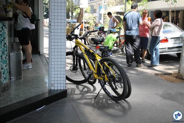 Bicicletas em frente a comércio na Paulista: aumento das vendas com a via fechada aos carros e aberta às pessoas. Foto: Guilherme Venaglia