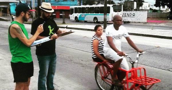 Falta de lugar seguro para estacionar a bicicleta é, quase sempre, fator que desestimula o uso desse modal como meio de transporte. Na imagem, contagem de ciclistas em Recife. Foto: Ameciclo
