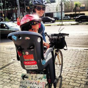 Silvia e Nina: recados na cadeirinha não faltam. Foto: Luiz Cavalli