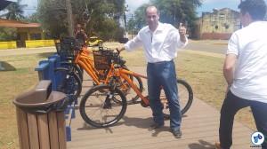 O Administrador Geral do Distrito de Fernando de Noronha, Luiz Eduardo Antunes, com uma das bicicletas do sistema. Foto: Willian Cruz